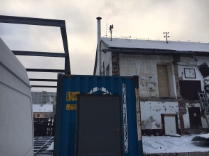 Nový trojvrstvový nerezový komín do plechového kontajnera.