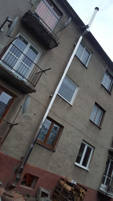 Montáž trojvrstvového nerezového komína na bytovke